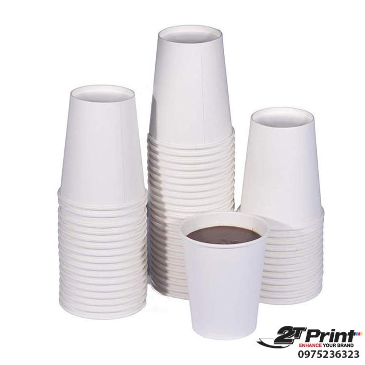 cốc giấy trắng đựng cà phê