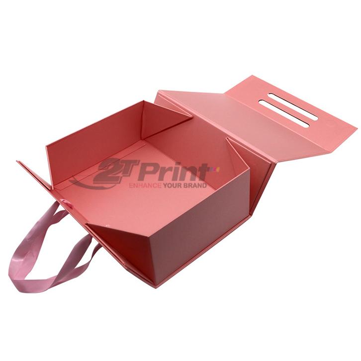 hộp carton có quai xách nổi bật