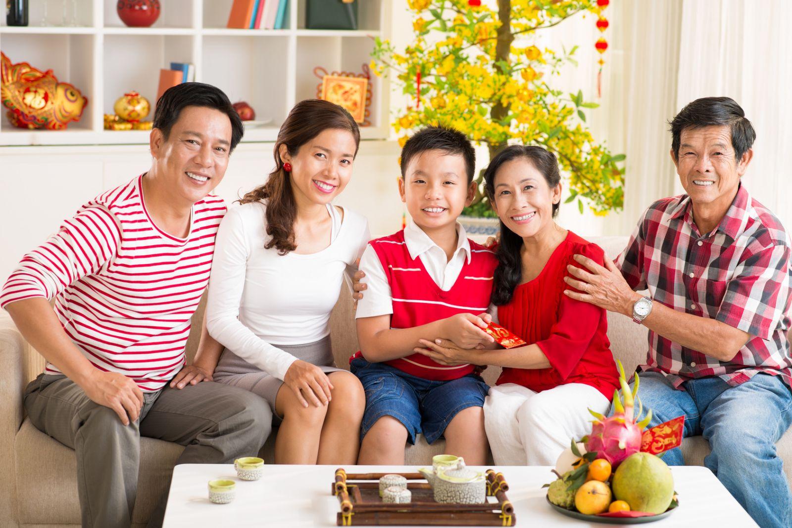 Lì xì đầu năm là một trong những phong tục tập quán tốt đẹp của ngời Việt trong dịp tết nguyên đán