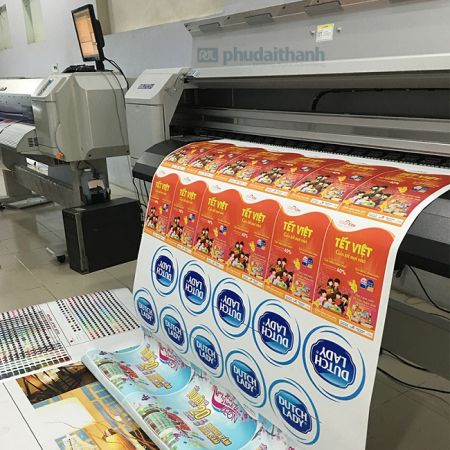 Decal được in từ máy móc in ấn hiện đại