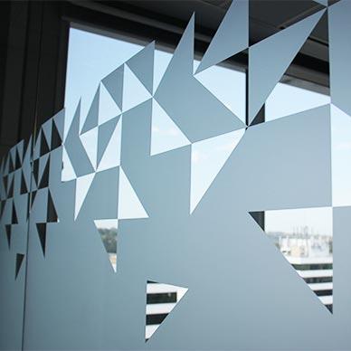 những tấm dán kính thường được dán ở văn phòng, tòa nhà cao tầng.