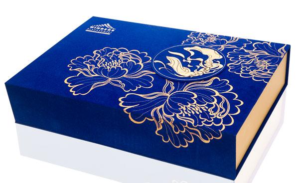 Vỏ hộp đựng bánh kẹo được thiết kế tỉ mỉ.