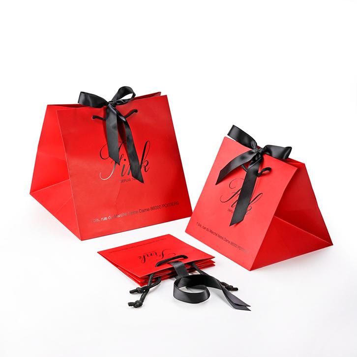 mẫu in túi giấy cho shop thời trang sắc đỏ