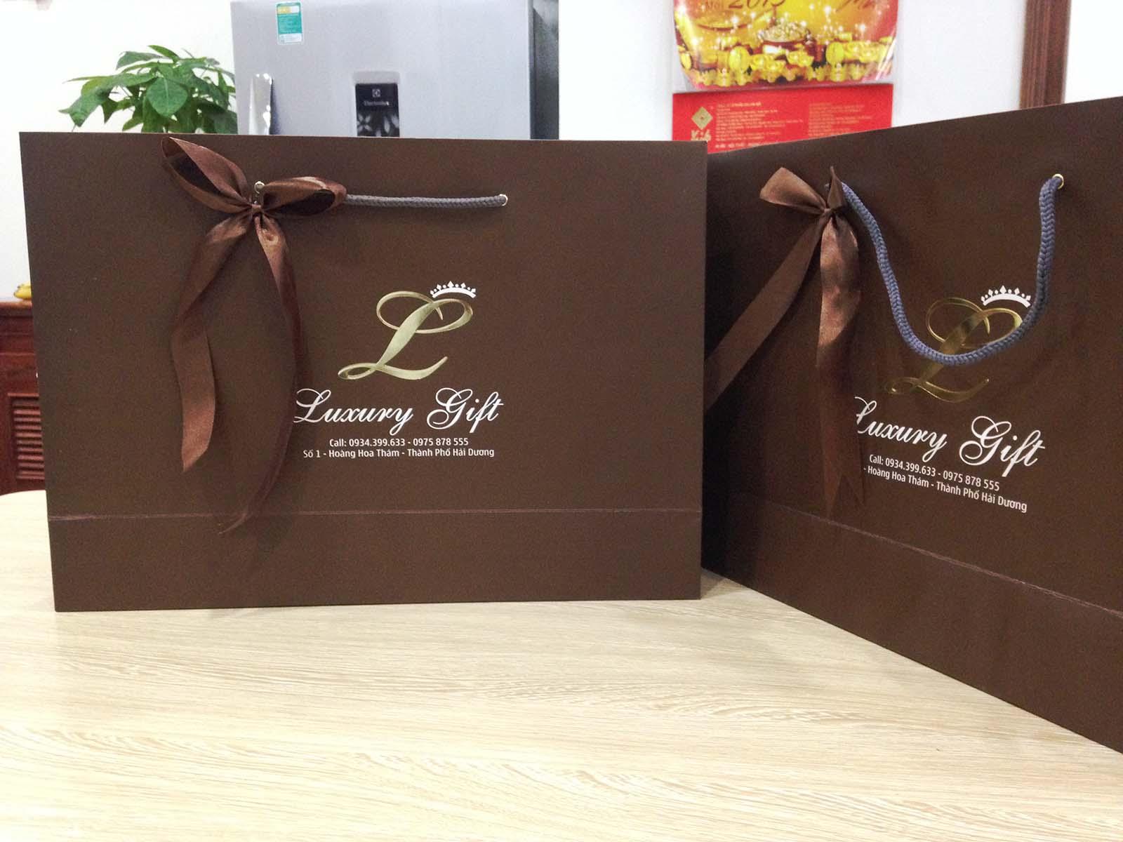 Dùng túi giấy để đựng quà tặng thể hiện  được thành ý của người tặng, người biếu quà.