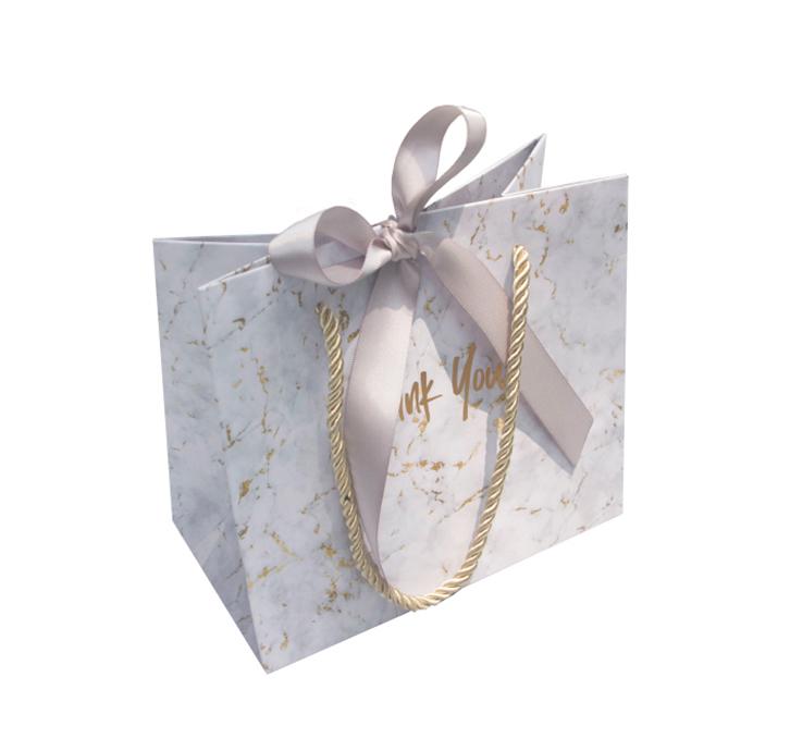 mẫu in túi giấy đựng mỹ phẩm màu trắng