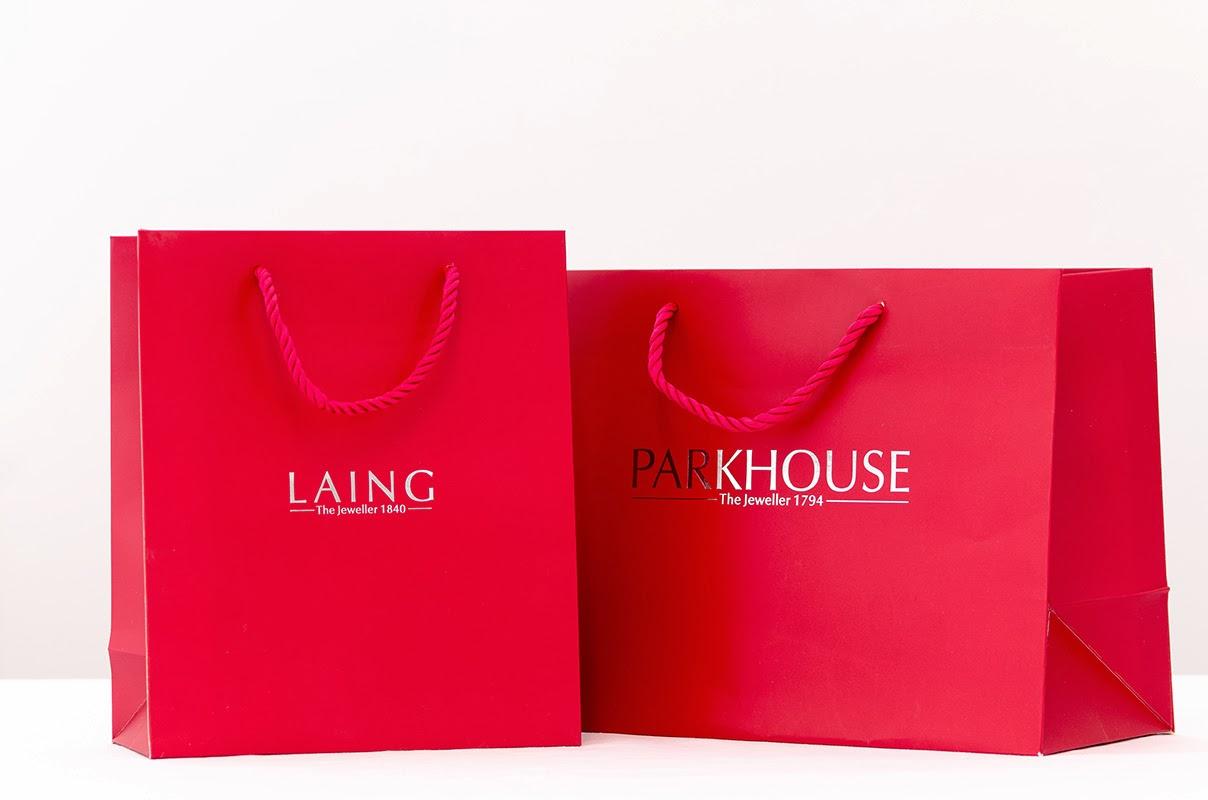 Túi giấy có quai xách thường được sử dụng để làm túi quà tặng