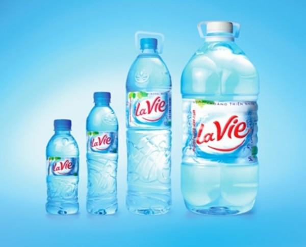 Tem nhãn nước tinh khiết đóng chai Lavie.