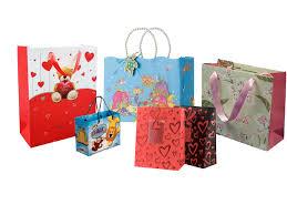 Món quà được đựng trong túi giấy có thiết kế đẹp mắt sẽ góp phần thể hiện thành ý của người tặng quà