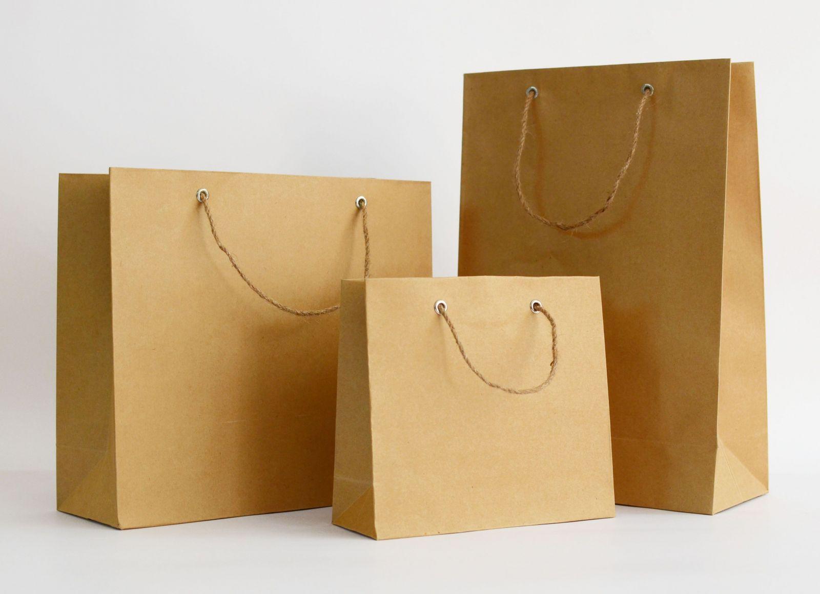 Giấy tái chế thường có màu nâu hoặc vàng